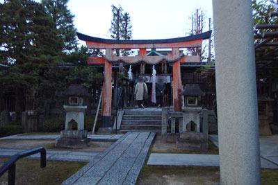 夕闇迫る京都今熊野の剣神社