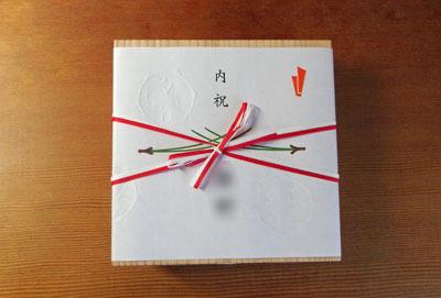 松葉柄の熨斗と紅白の紐が添えられた干菓子杉箱