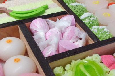 色とりどりの干菓子で溢れる、友よりの贈物の一部