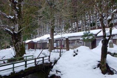 京都市街北部の山上集落「芹生」の、雪に埋もれる旧芹生小中学校