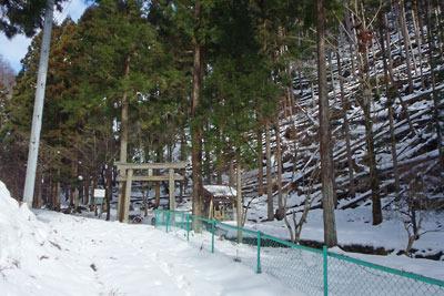 京都市街北部の山上集落「芹生」奥の、勢龍天満宮付近の積雪と平成30年台風21号による倒木被害
