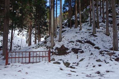 雪で覆われる、京都市街北部の山上集落「芹生」北の三ノ谷分岐