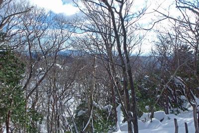 雪の雲取山山頂から比叡山及び京都市街方面を見る