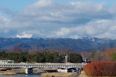 京都市街北部の出町柳付近の賀茂川(鴨川)から見た京都盆地北縁の山々
