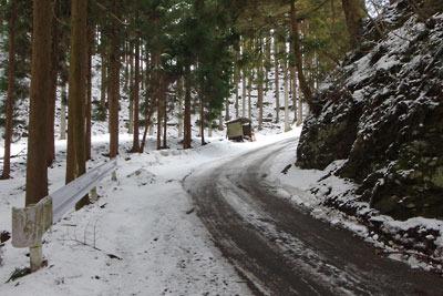 凍結する京都市街北部山間の芹生峠南下の道