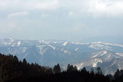 京都・雲取山北峰から見た峰床山(左奥)と比良山脈最高峰・武奈ヶ岳(1214m。右奥)