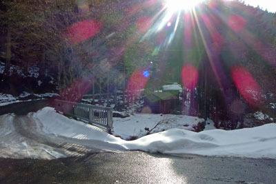 残雪ある、京都市街北部・芹生集落に接する府道361号線