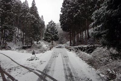 積雪が始まった、京都・貴船神社奥宮山手の路上