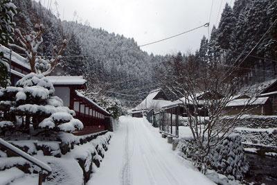 静かな雪風情に包まれる、京都市街北部の山上集落「芹生」