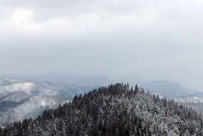 京都市街北部にある雲取北峰山頂から見た比良山脈