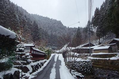 雪解けが進む、京都盆地北縁山上の芹生集落