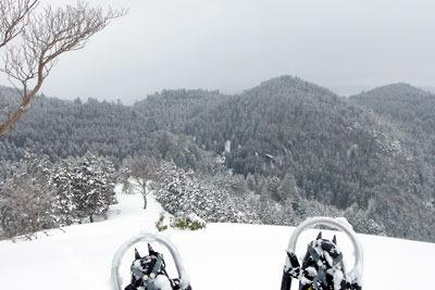 京都・雲取北峰山頂から見た、東方山地の雪景色