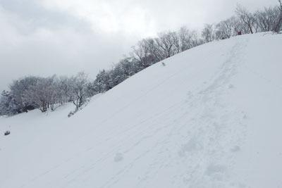 雪深い、京都・雲取北峰の頂