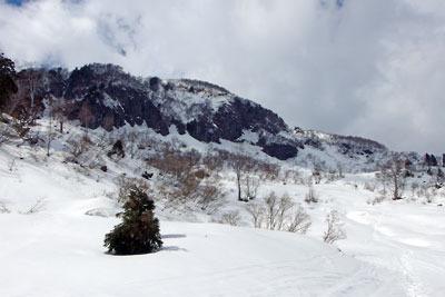 越前甲東側の岩壁と雪原