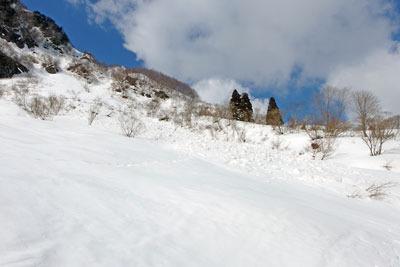 越前甲東部岩壁下の雪崩跡