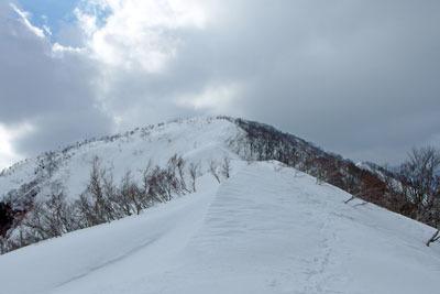 越前甲東部稜線から山頂を見る