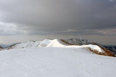 越前甲山頂からみた主峰・大日山