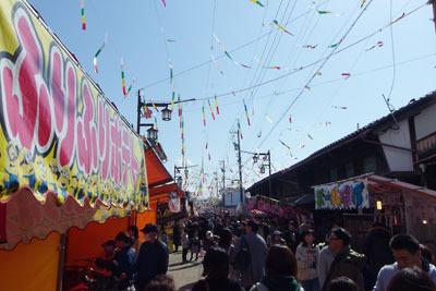 快晴の空に色短冊翻る左義長祭の福井県勝山市街