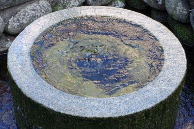 井筒より清水湧き出る越前勝山の「清水(しょうず)」