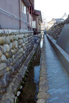 段丘下を流れる勝山清水の水