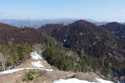 京都・雲取北峰の北東尾根からみた雪解けした周辺山地
