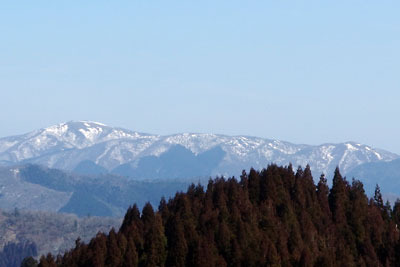 京都・雲取北峰から見た雪解け進む比良山脈南部や蓬莱山