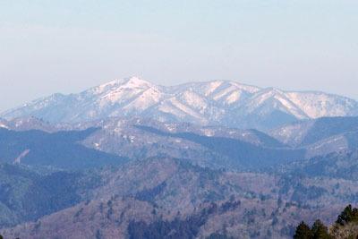 京都・雲取北峰から見たまだ雪深い比良山脈西北部と武奈ヶ岳
