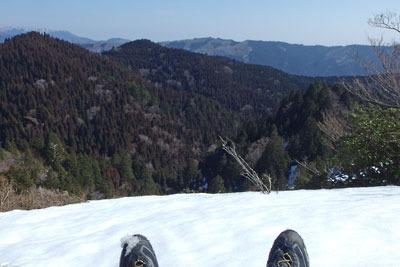 京都・雲取北峰の残雪に座り記念撮影