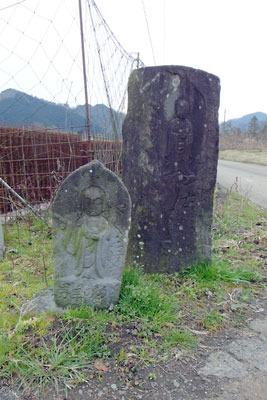古山陰道と成相道方面への分岐を示す夜久野台地東部の石仏兼道標