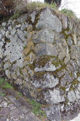 夜久野水上集落にある古民家の溶岩石垣