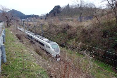 上夜久野駅西方の山陰線と台地崖