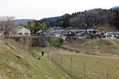 上夜久野駅の駅前集落と下部に広がる谷地