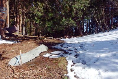 少々雪残る滋賀県比良山脈南端部・アラキ峠