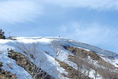 南方直下から見た滋賀県比良山脈南部のホッケ山山頂と残雪及び雪庇
