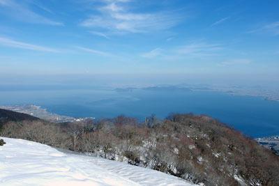 滋賀県比良山脈南部のホッケ山から見た広々とした琵琶湖