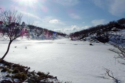 残雪に閉ざされる、滋賀県比良山脈南部山上の小女郎ヶ池