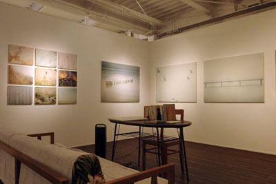 京都市街東部にあるホホホ座浄土寺店のギャラリースペースでのサカネユキ個展の様子