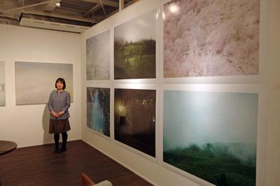 京都市街東部のホホホ座浄土寺店のギャラリーで開かれた、サカネユキ写真展「そのほとりのけしき」の主催者サカネユキさんと写真大作