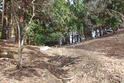 雪解けした、滋賀県比良山中のアラキ峠