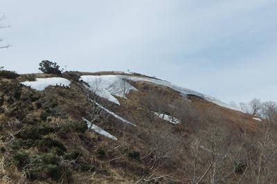 滋賀県比良山脈南部のホッケ山山頂と雪庇の名残り