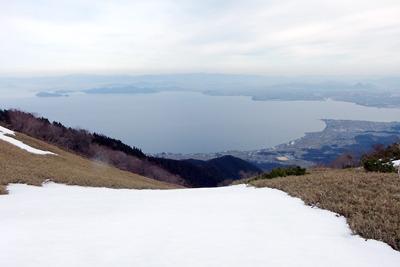 比良山脈稜線直下に広がる雪解けの草地と琵琶湖