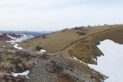 雪解け進む滋賀県比良山脈南山上の小女郎峠