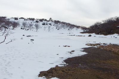 周囲の雪解けが進む、滋賀県比良山脈南山上の小女郎ヶ池