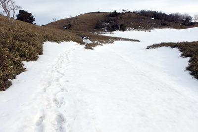 滋賀県比良山脈南山上の小女郎峠と小女郎ヶ池の間に残る深い湿雪