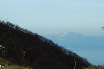 滋賀県比良山脈南山上の小女郎峠から見た、伊吹山と御嶽山