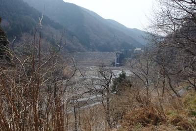 滋賀県西北の武奈ヶ嶽登山口から見た水の無い石田川ダムとその堰堤