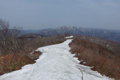 滋賀県西北・武奈ヶ嶽山頂から見た残雪ある三重嶽
