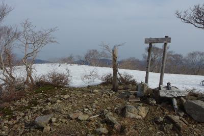 残雪から地面がのぞく、滋賀県西北・三重嶽山頂