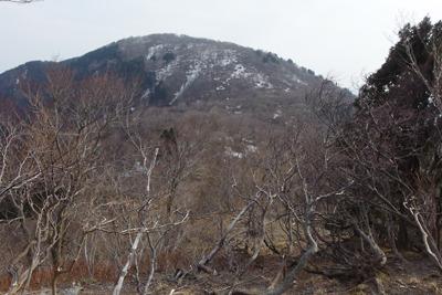 滋賀県西北の武奈ヶ嶽・三重嶽縦走路鞍部から南の登り返しを見上げる