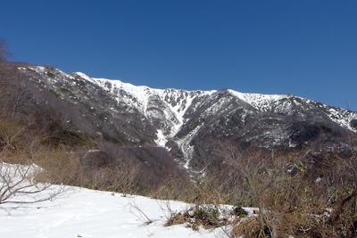 岐阜県北部・能登谷から前山の雪渓下に続く作業路